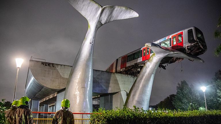 Hollanda'da inanılmaz kaza: Tren 7,5 metre yükseklikte asılı kaldı